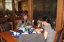 Během obědů se v rakovnických restauracích nesmí kouřit