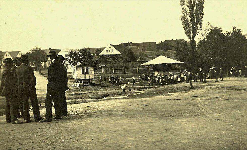 Šanov, pouť na návsi v roce 1933.
