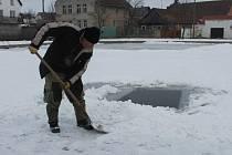 Rybáři v Kněževsi prosekávají led