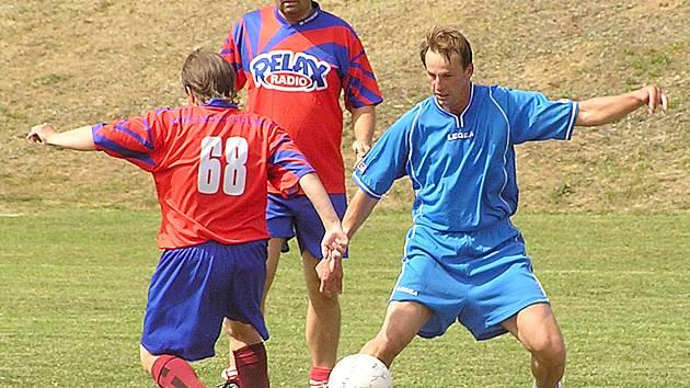 František Straka bojující o míč