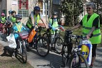 Členové cyklistického kroužku DDM Rakovník uklízeli ke Dni Země cyklostezku do Pustovět
