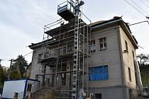 Přestavba obecního úřadu v Roztokách.