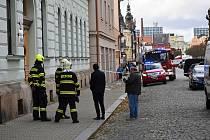 Vítr na Rakovnicku lámal stromy, létaly také kusy střech. Třeba na 2. základní škole, ale i z domů v Trojanově ulici v Rakovníku.