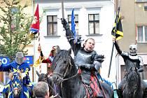 Středověké divadlo Traken předvedlo rytířské souboje. Nejprve se rytíři zamířili ke starostovi