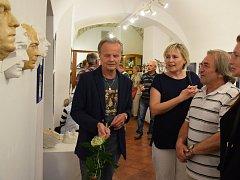 Na výstavě jsou k vidění odlitky obličejů i další rekvizity.