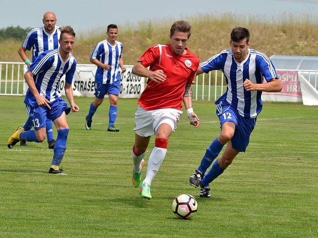 Novostrašečtí fotbalisté zdolali v regionálním derby Tuchlovice 6:3.