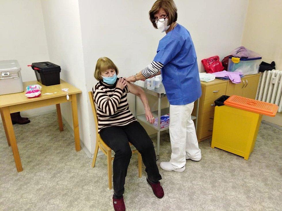 V Novém Strašecí v pondělí začalo očkování proti koronaviru.