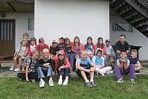 Účastníci letního tábora ve Skryjích