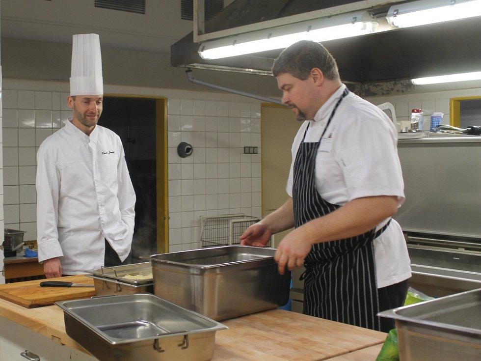 Šéfkuchaři ve školní jídelně ZŠ Nové Strašecí