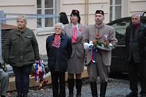 U budovy rakovnického gymnázia se uskutečnila připomínková akce k 30. výročí začátku sametové revoluce.