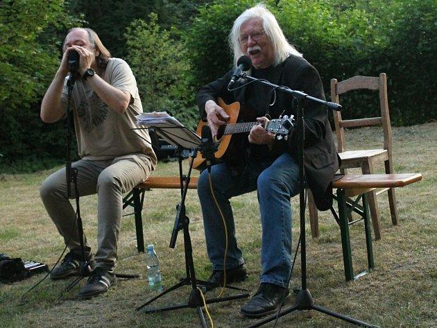 Husovy slavnosti na Krakovci zahájil hudební a básnický recitál Josefa Fouska.