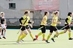 Pozemní hokejistky Rakovníka (ve žlutém) podlehly Hostivaři těsně 1:2