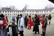 V masopustním průvodu se sešlo celkem pětačtyřicet masek. Tou nejzajímavější byl Švejk na vozíku, který hrál na harmoniku.