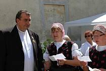 Pan vikář byl viditelně potěšen krásným zpěvem krajanek