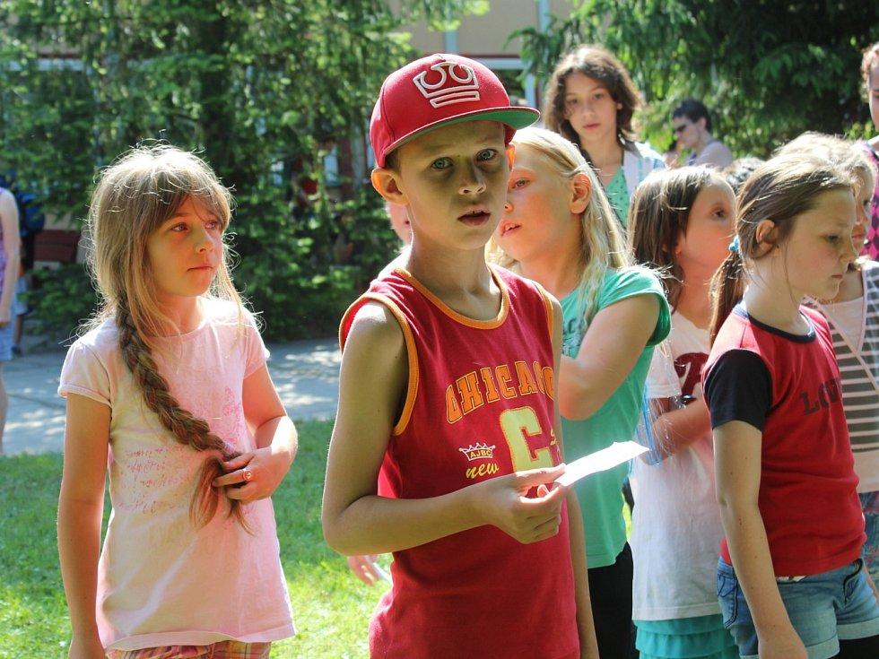 Děti společně oslavili Den dětí na dvoře internátu ISŠ Jesenice
