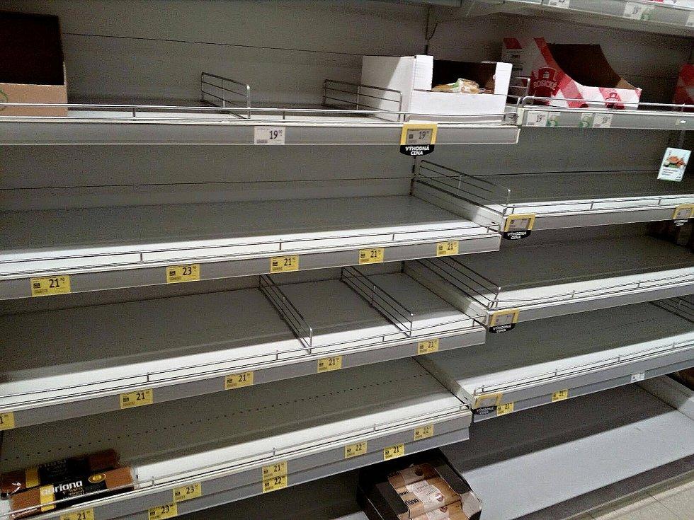 Regály určené pro mouky či těstoviny v marketu v Plzeňské ulici v Rakovníku zejí prázdnotou. Situace je podobná i v dalších obchodem s potravinami.