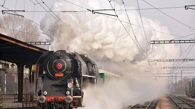 """Historický vlak s parní lokomotivou 475.179 """"Šlechtičnou""""."""