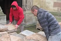 Kamenná dlažba bude odborně obroušena