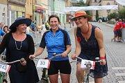 Zleva tři šampionky: Druhá v pořadí Veronika z Rakovníka, Třetí místo Běla rovněž z regionu a první Kateřina ze Slaného na slánském kole Ywes Prim z roku 1937