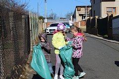 Děti ze Základní a mateřské školy Hředle uklízeli v rámci akce Ukliďme Česko školní zahradu i obec.