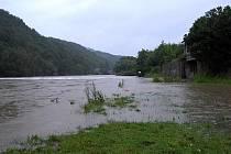Snímek z pondělí 12. srpna 2002 z obce Roztoky a jejím těsném okolí.