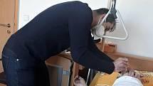 Očkování v rakovnickém domově seniorů mj. prováděl i rakovnický chirurg a senátor Ivo Trešl.