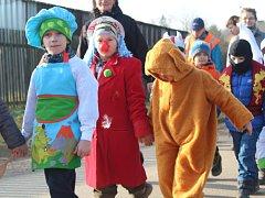 Lužnou prošly nejrůznější masky. Do rytmu jim cestou hrála hudební kapela v podání místních občanů.
