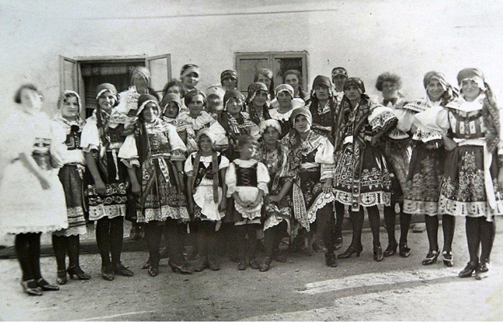 Chrášťanská děvčata v krojích.