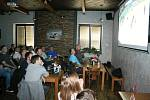 Zaplněný sál restaurace Na Střelnici v Rakovníku bedlivě sleduje semifinále mistrovství světa v ledním hokeji.