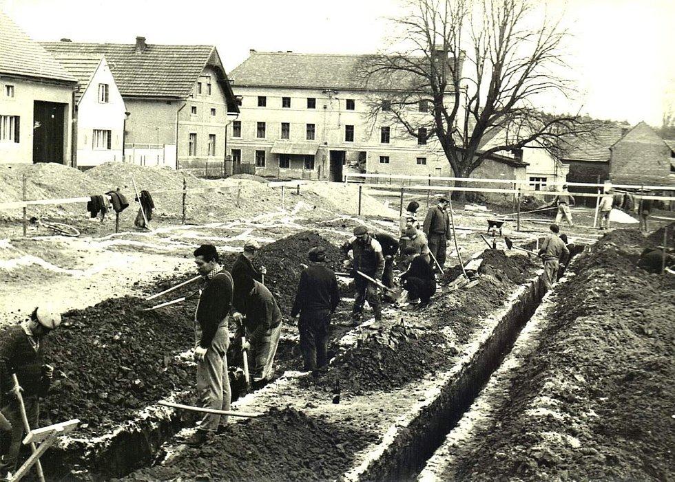 Šanov, stavba tělocvičny v roce 1975.