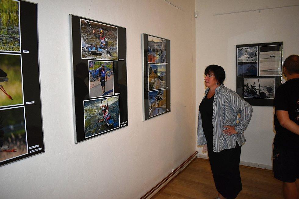 Slavnostní zahájení výstavy Fotoklubu Jesenice v jesenickém muzeu.