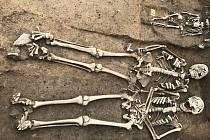 Dvojhrob a vedlejší hrob s dítětem nalezený ve Zbečně.