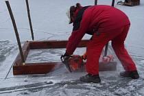 Hořesedelští rybáři prořezávají led
