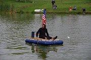 Podívaná to byla vskutku pestrá. Na krakovském rybníku se mihl pirát i havajský mořeplavec.