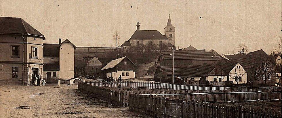 Šanov. Náves a v pozadí kostel v roce 1920.