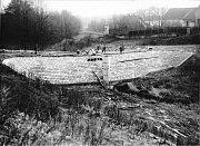 Stavba hráze dolního rybníka.