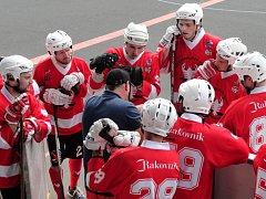 Hokejbalisté Rakovníku (v červeném) vyhráli první extraligové utkání. Porazili Sudoměřice 2:1.