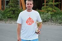 Miroslav Tlustý s pohárem za 10. místo na šampionátu.