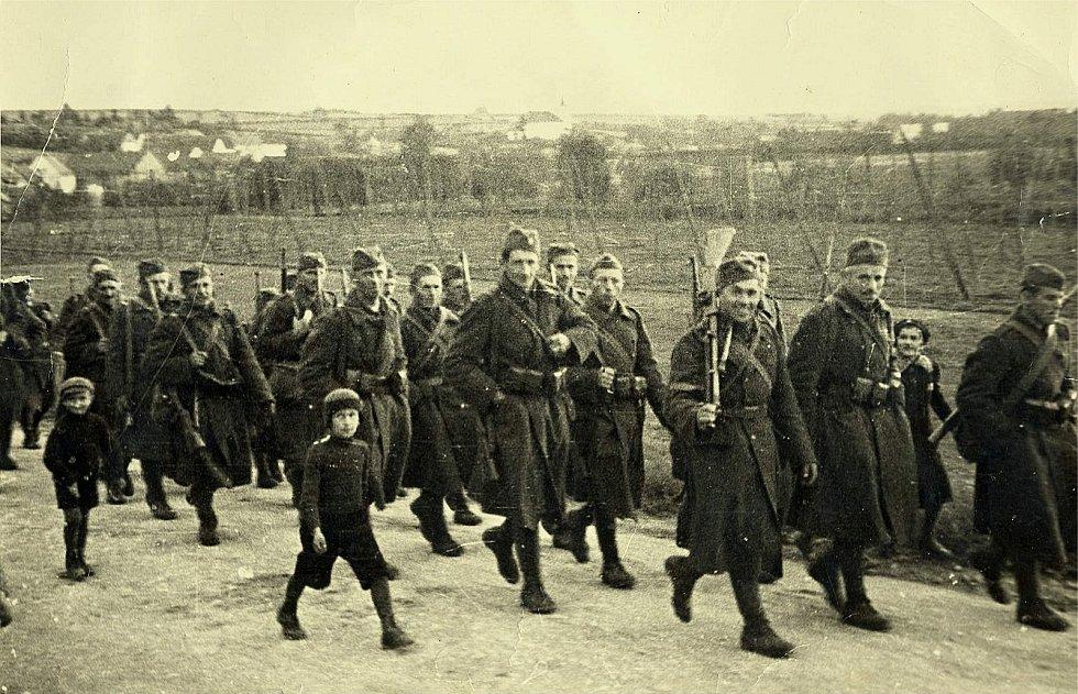 Pochod šanovských záložáků na hranici Sudet v roce 1938.