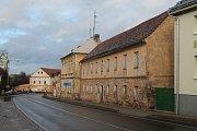 Některé domy u Plzeňské silnice se ani neopravují.