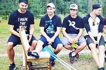 Petr Hornof (druhý zleva) sleduje s fotbalisty rezervy Tatranu  Tomášem Kapounem, Markem Kučerou a Martinem Pidrmanem utkání áčka Tatranu s Kladnem.