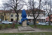 Policisté pátrají po pachatelích, kteří kladivem urazili soše Rudoarmějce hlavu. S tou následně odešli.