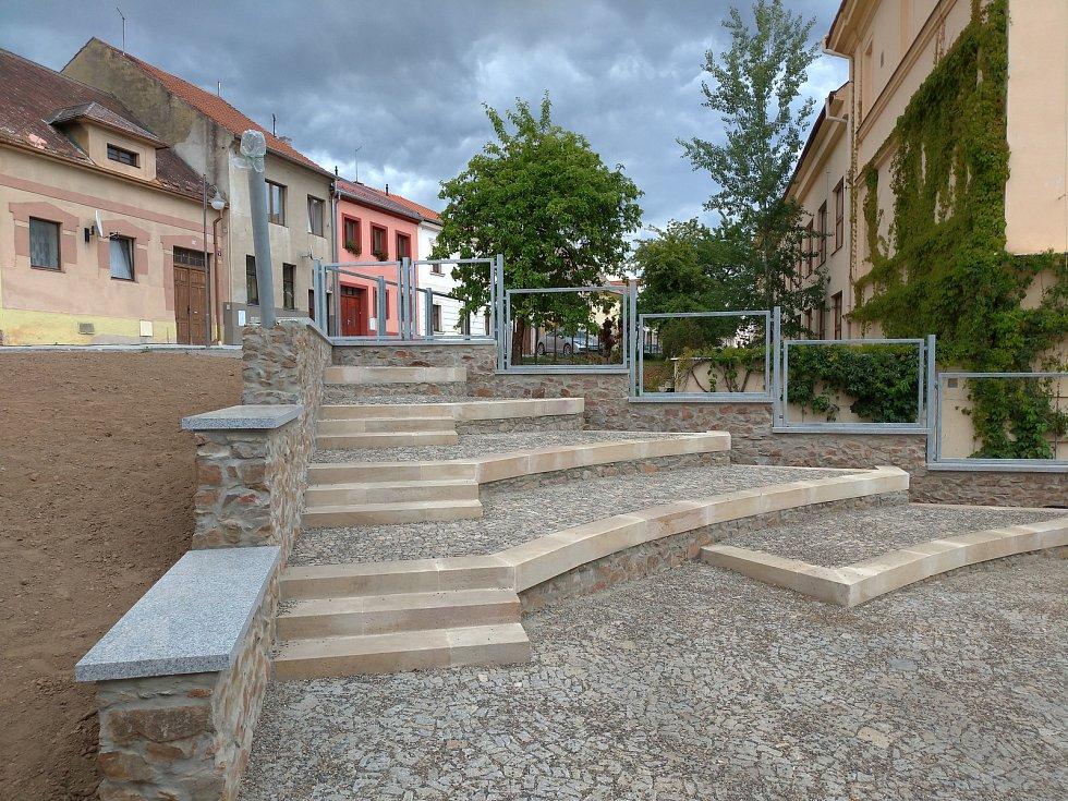 Revitalizace prostor kolem rakovnického gymnázia je téměř u konce. Ještě chybí zeleň a socha.