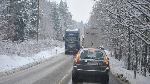 Sněhová nadílka na silnicích na Rakovnicku