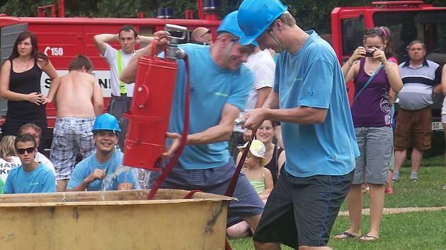 Netradiční soutěž hasičů v Nesuchyni