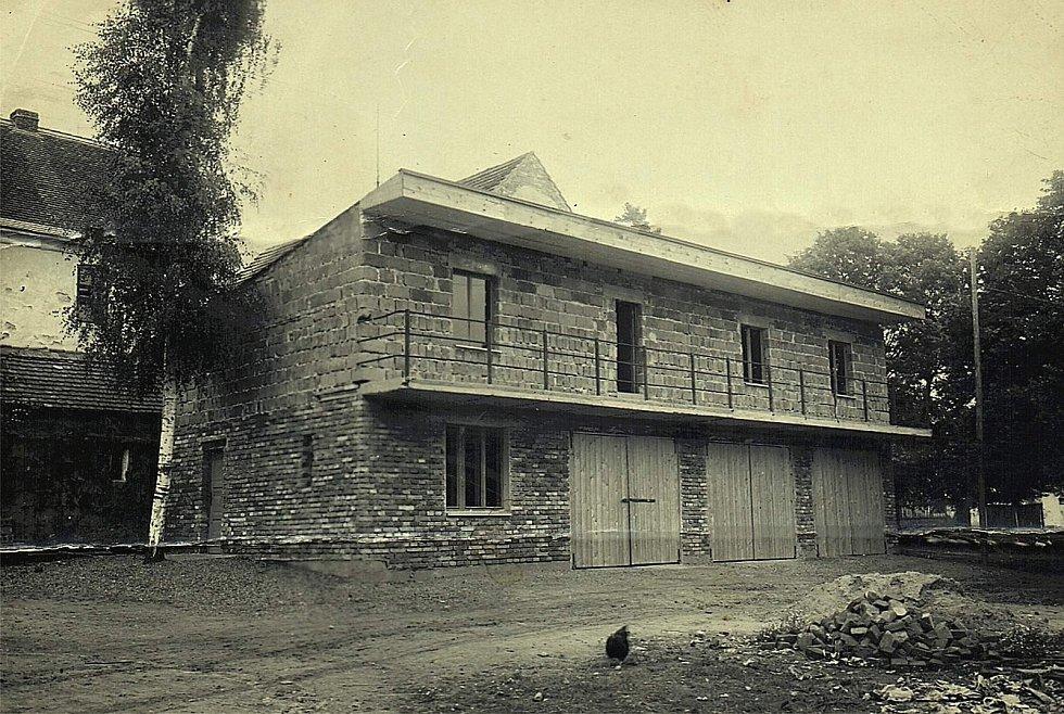 Šanov. Stavba požární zbrojnice v padesátých letech.