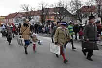 Komenského náměstí v Novém Strašecí hostilo desátý ročník kufroběžeckého závodu Cimrmanův běh.