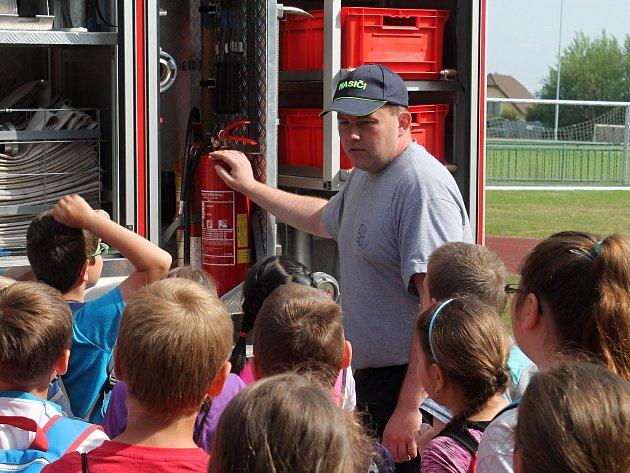 Na 3. ZŠ v Rakovníku se uskutečnil Den se záchranáři. Do projektu se zapojilo 450 dětí.