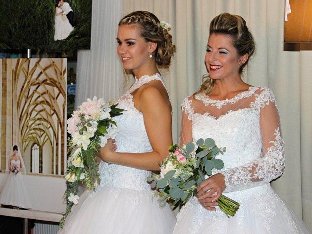 Módní přehlídku svatebních a společenských šatů si nikdo nechtěl nechat ujít. Dorazily na ni desítky návštěvníků.