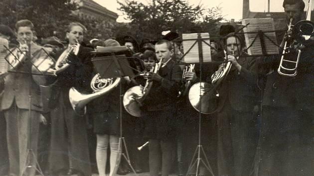 OTA PIHRT je s muzikou celý život.  Tento snímek je z roku 1945, kdy už dohola ostříhaný Ota ve svých necelých dvanácti koncertuje na rakovnickém náměstí.